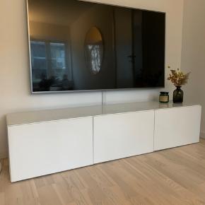 Ikea BESTÅ tv-bord m. låger i Selsviken højglans, inkl. glasplade. Måler 180x42x38. Værdi 1.850 kr.