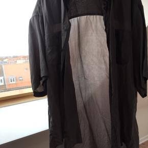Kortærmet stor skjorte i 100 % silke.