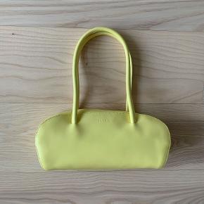 En meget velholdt Furla taske. Ingen slidmærker eller pletter.  Måler: b30 x h15 x 11 cm  Stropper måler 53 cm og er lange nok til at hænge på skulderen.