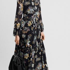 Gestuz Maui Maxi Flower kjole sælges!   Sort maxi kjole med blomster mønster og flæser på ærmerne.   Ydrestof: 100 % Polyester  Lining: 100 % Viscose   Kjolen er kun brugt 2 gange men er gået en lille smule i syningen ved begge ærmerne (se billede).