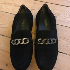 Loafers fra Poul Green i ruskind sælges. De er brugt én gang ca. Æske medfølger, hvis det ønskes 😊  Mp 400 kr