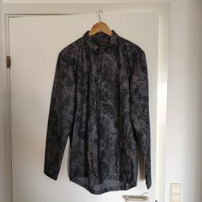 Fed skjorte fra Tiger Of Sweden I acid wash. Str medium. Skjorten har aldrig været brugt, så jeg sælger den for at få plads til noget nyt. Kommer fra ikke ryger hjem