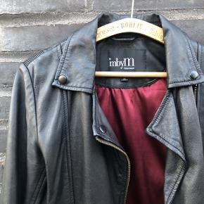 Den blødeste læder jakke fra MbyM. Str xs  Brugt MEGET LIDT. Fremstår som ny. Nypris 2300 kr.   - 100% sheep leather   - fede lynlås detaljer  - rødt foer  - almindelig i størrelsen  Se mine andre annoncer 👇🏼  THE SUSTAINABLE WARDROBE  🌸 Håndplukket vintage & genbrug  🌸 Sender gerne - på købers regning  🌸 Kan afhentes i Herning  Find mig på Instagram @the_sustainable_wardrobe  #trendsalesfund