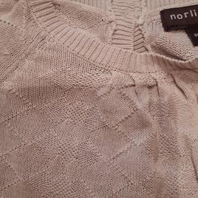 Yndigste kjole i svag lyserød fra Norlie Str 86, men min datter brugte den fra hun var 1,5 - 3 år, så den er ret fleksibel i str. Nypris 599 kr Porto 33 kr