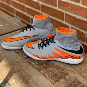 Nike Hypervenom x Str. 8,5/43 Obs drengestr.  Pæne sko, der ikke har været gået med særlig meget.  Der har stået navn på side, som er fjerner, men man kan stadig se omridset af det. Se billede 4