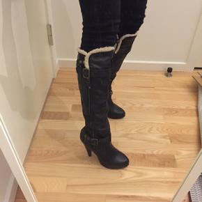 Læder støvler med hvid for i toppen. Hælen er ca 10 cm høje. Nypris 1200kr.
