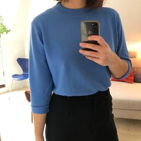 Fin blå sweater med ribkant.   Der står XL i mærket, men vil nærmere betegne den som L, og kan sagtens bruges af en str. S-M også for et lidt mere oversize look.  Mulighed for afhentning i Aarhus C 🍀  Se også mine andre annoncer 😊