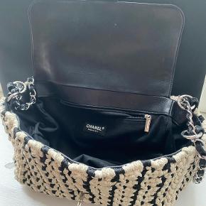 Virkelig fed knit Chanel taske.  Super klassisk i virkelig god stand.  Lidt til ingen slid på sølv hardware.