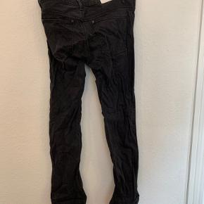 Acne jeans i str L har lidt slid