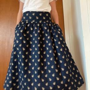 Smukkeste nederdel i fantastisk gennemført kvalitet i printet poplin fra Les olivades  Bytter ikke