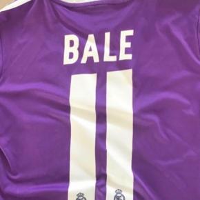 Varetype: Real Madrid fodboldsæt Størrelse: 11-12år Farve: Lilla Oprindelig købspris: 1000 kr.  Originalt med BALE tryk på ryggen, bytter ikke