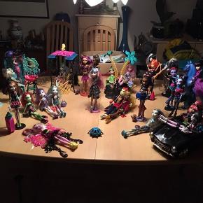 Jeg sælger disse 29 dukker, Nogle af dukkerne kan du ikke få i Danmark da de er købt i USA,  Dukkerne har kostet gennemsnitlig 250kr pr stk. Derfor sælger jeg dem for 1500kr når der er så mange dukker Der medfølger alt som er med på billedet