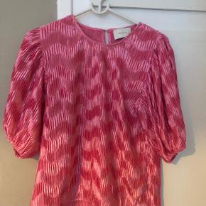 Helt ny pink bluse fra Neo Noir. Aldrig brugt men prismærke er klippet af.  Str. Small  Sendes hvis køber betaler porto😊 Bytter ikke.   Se gerne mine andre ting til salg 🌸