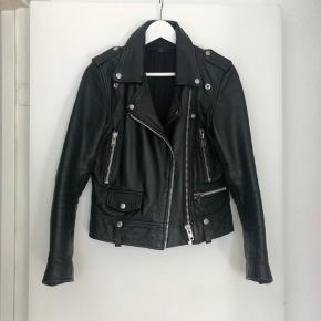 Overvejer at sælge denne flotte læderjakke fra Munderingskompagniet, da jeg ikke får den brugt nok. Købt i STOY i Århus. Ingen pletter eller slid på jakken.