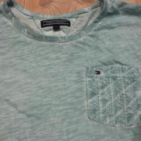Varetype: T-shirt .. Størrelse: 176 Farve: Se foto, lys turkis   Sød t-shirt i lidt a-facon og originalt lidt slidt look. Brugt få gange så er som ny.