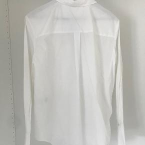 Skjorten er oversize