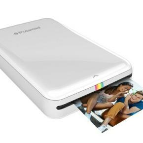 Polaroid Zip er en lækker mobil printer som parres trådløst med en smartphone eller tablet. Du kan printe via en app, som fås til både Android og IOS her kan du printe alldine flotte farvebilleder i størrelsen 5x 7,5 cm direkte fra din enhed. Zip-printeren har en ca. størrelse som en smartphone og vejer 186 gram. Den er yderst transportabelt og kan nemt haves med overalt. Den er desuden indbygget med en styre knap, som er pænt integreret i printeren