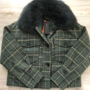 Helt ny Meotine Charlie jakke i ternet grøn med aftagelig pelskrave. Størrelsen er S/M, men den passer en medium perfekt.