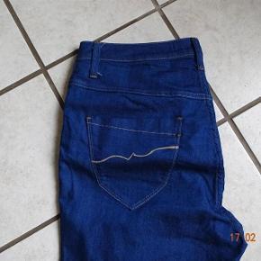 Zj Varetype: Jeans ( Nille slim Long)  Nye.    (se mål) Farve: Blå  Jeans ( Nille slim Long)  sælges købt for små.       Bytter ikke.  Livvidde: 45x2  skridthøjde: fortil 30 Bagpå: 39 Lår:28x2 Knæ: 22x2 Indvendig benlængde: 83   Materiale: 77% Bomuld 21 % polyster 2 % Elasthan .