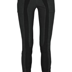 Leggings med slidt look og fede detaljer  Farven er blåsort med sort elastik.  Livvidde ca 35 cm x 2 Udv benlængde ca 115 cm