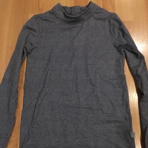 Meget fin bluse/trøje med høj hals- grå med glimmer i lækker blød kvalitet. Brugt få gange.