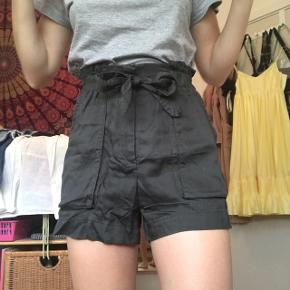Søde armygrønne shorts fra H&M med bindedetalje / paperbag waist i str 34. Perfekt til sommer. OBS: beklager hvor krøllede de er på billederne, men de kan selvfølgelig stryges helt fine igen👍🏻 Byd endelig💕