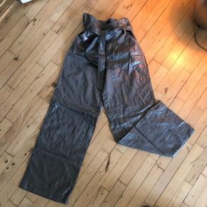 Super smukke paperbag metallic bukser med vide ben .  Stadigvæk prismærke på.   De passer mig ikke så kan ikke sende billeder af dem på ☺️   ✨BYD✨
