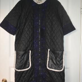 Frakke med lange t-shirt ærmer som stopper over albuen. Vesten har noget slidtage ved kunstlæderet bag lynlåsen og ved lommerne som kan ses på billede 4 og 5. Frakken går mig til over knæet og jeg er 170 cm høj