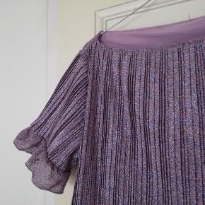 Super flot vintage bluse t-shirt med glimmer og rib. Med pufærmer og flæser. Passer ca en M