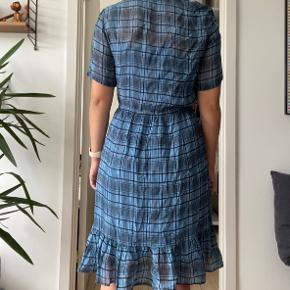 Helt ny kjole fra Magasin du Nord Collection. Aldrig brugt. Jeg er 175 cm og den går mig lige over knæet. Bindebånd i taljen og underkjole til.  Bytter ikke