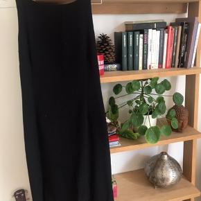 Lang flot og formsyet kjole fra mits En størrelse 40 Med usynlig lynlås bagpå! Kom med et bud og se de andre annoncer ✌🏽😊