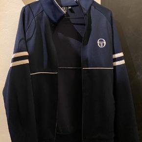 !BYD! Jeg sælger denne herre Sergio Tacchini trøje. Den er brugt få gange, men kan ikke ses.