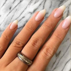Smuk ring med sten. Str 52