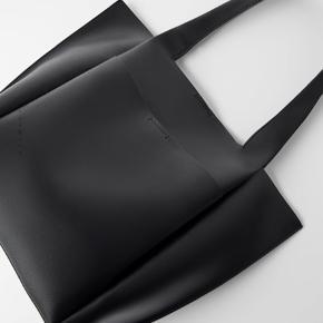 ZARA shopper taske  Kan sagtens indeholder bøger og computer  Brugt få gange, fremstår helt ny!