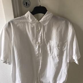 Rigtig lækker kortærmet Acne Studios skjorte. Skjorten har ingen flaws, og fremstår næsten som ny. Skjortens materiale på ryggen, gør at man ikke kan se eventuelle svedpletter man ville få en varm sommerdag, dette gør intet ved skjortens visuelle udtryk. Ønsker du flere billeder så smid en kommentar! Byd, så finder vi en pris :-)