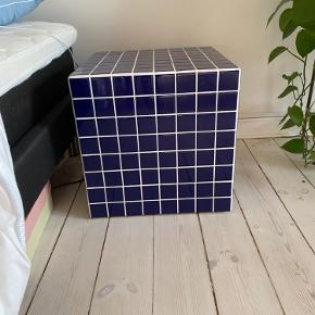 Ikon kube bord. 40*40, ingen ridser eller fejl. Skal afhentes :)