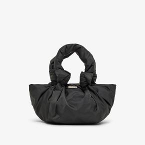 Sælger denne fine small Pouc håndtaske fra DAY ET. Tasken er kun blevet brugt en gang til galla, så den er i virkelig god stand.   BYD🐣