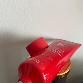 🌷 Prisen er fast og ekskl. fragt 🌷 FEJLKØB Ny og plomberet. Vejl. Pris i Matas 255,-  BESKRIVELSE Kérastase Soleil Créme UV Sublime er en fantastisk leave-in creme til alle hårtyper, der udsættes for solens skadelige stråler. Den giver optimal solbeskyttelse til håret, så håret ikke bliver udtørret og skadet eller får misfarvninger. Den indeholder E-Vitamin, der har en anti-frizz effekt, samt virker fugtgivende. Derudover forebygger den skader, reparerer og plejer håret, samtidig med at håret får en smuk glans, så det altid ser lækkert, sundt og velplejet ud.  Fordele:  Leave-in creme Ultimativ solbeskyttelse Plejer, reparerer og giver glans Beskytter mod misfarvninger UV-filter Anti-frizz effekt Skøn sommer duft, med noter af kokos  Anvendelse:  Anvendes på tørt eller håndklædetørt hår før ophold i solen Påfør en passende mængde i længder og spidser Skal ikke skylles ud Kan også anvendes efter ophold i solen for at opnå ekstra pleje