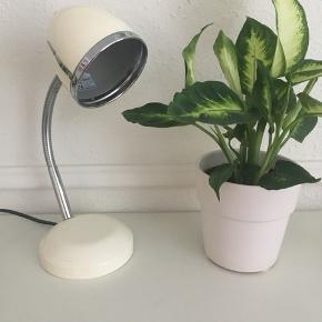 Fin lille råhvid bordlampe i retro look sælges. Højde ca 34 cm. Se også mine andre spændende annoncer 🌿