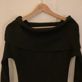 Cool sort rippet 'off-shoulder' lang kjole.  Kraven kan sættes som man har lyst  Rar at have på ! Tæt siddende på en behagelig måde ;)