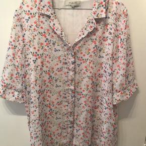 Helt ny skjorte fra selected, aldrig brugt. 1/2 ærmer og inderstof, så den ikke er gennemsigtig og falder pænt løst.