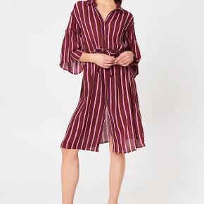 Pæn, stribet skjortekjole med bindebånd og store ærmer💖  Aldrig brugt:)  Er åben for bud!
