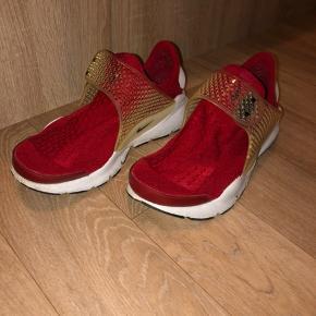 Jeg sælger mine Nike sockdart, som kun er brugt indendørs og langt fra meget brugt.
