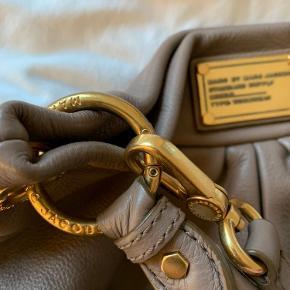 Marc Jacobs Hobo Hillier Bag med tilhørende pung, i den lækreste beige. Sættet er meget velholdt og sælges kun samlet. Dustbag medfølger. 1400 plus porto. Bytter ikke.