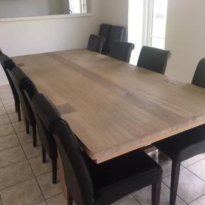 Massivt egetræsbord med tilhørende 10 stole (stolene er godt brugte og følger derfor gratis med i prisen).   Kan afhentes i Karise.  2000kr - mængderabat ved køb af flere af mine ting.