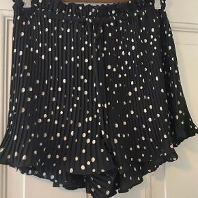 H&M shorts der syner som en nederdel, brugt få gange.   BYD