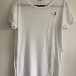 Fin hvid T-shirt fra Sonia By Sonia Rykiel. Er let gennemsigtig, som ses af billedet.