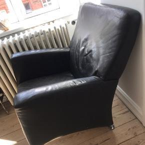 Super fed læderstol sælges da vi ikke længere har plads desværre. Den har super fede ben og en fed form. Kunne godt bruge en omgang læderfedt.   Skal selv afhentes i odense C og handler med mobilepay 😊