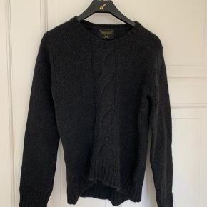 Det ene ærme har et lille hul, men selve sweateren er i god stand. Størrelsen er 11-15 år.