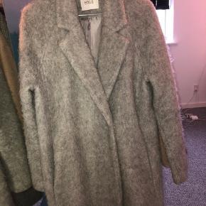 Virkelig fin grå uldfrakke fra Envii❣️ Knapperne i lukningen har været faldet af og er syet på igen, men det er indenvendig, så det bemærker man ikke🌸 Byd gerne og spørg endelig ind hvis du har spørgsmål❤️